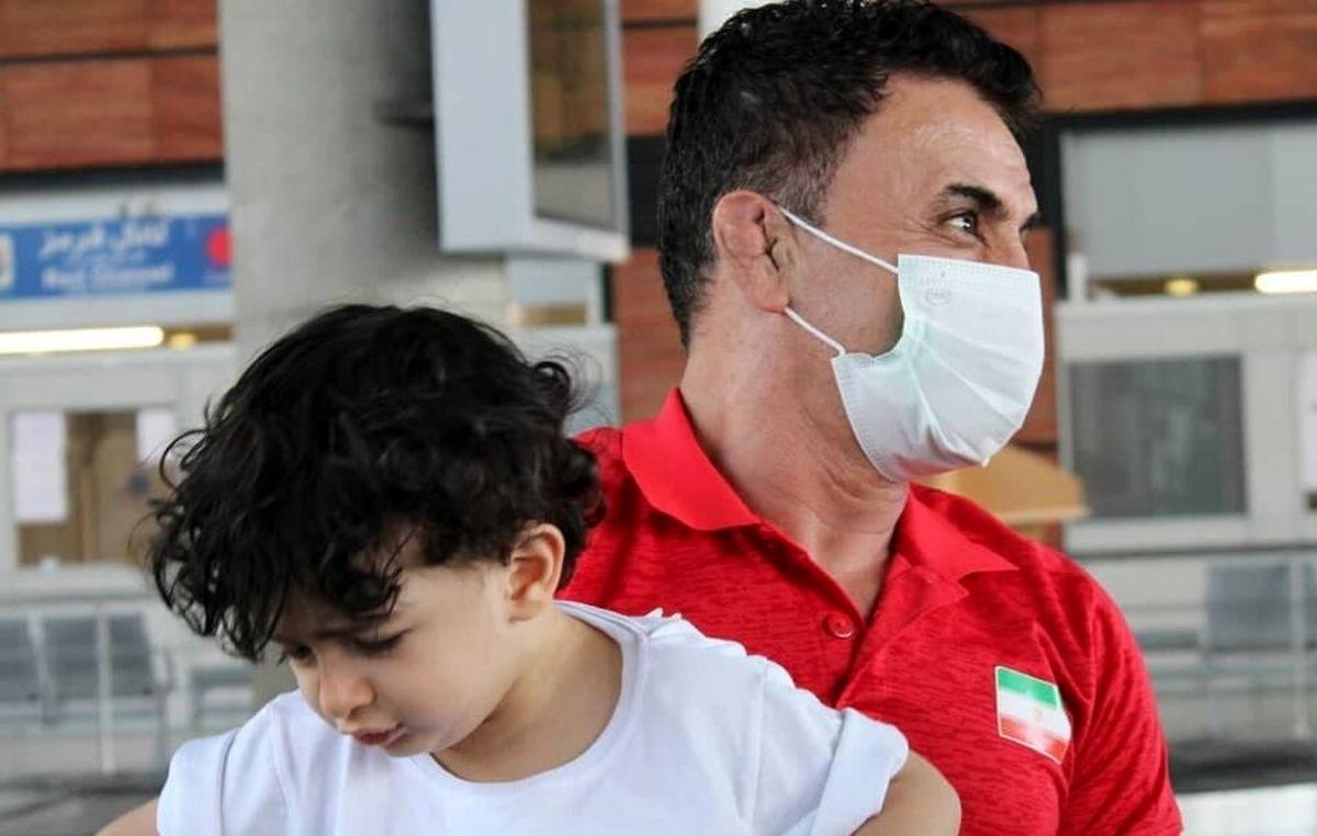 واکنش بامزه پسر محمد بنا بعد از دیدن پدرش در تلویزیون + فیلم دیده نشده