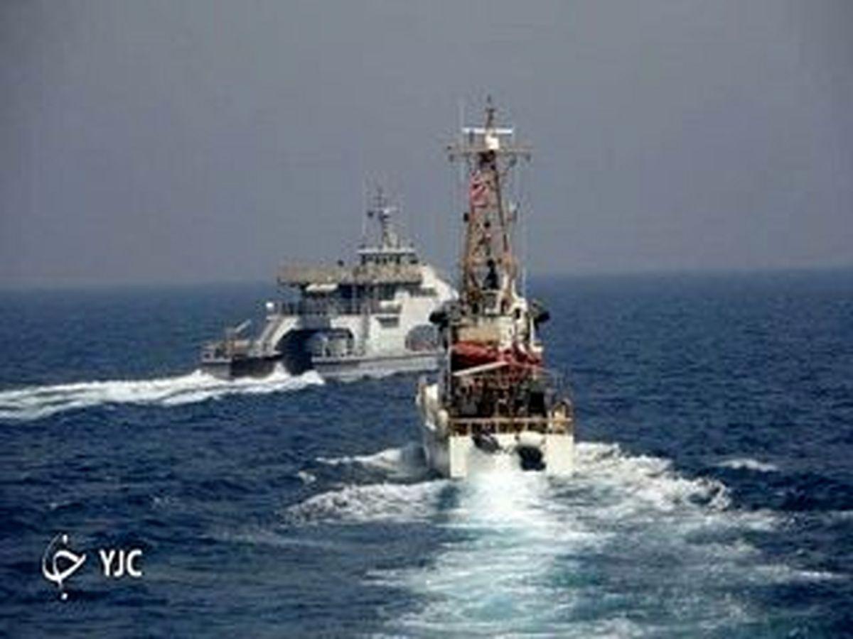 این شناور ایرانی مقابل کشتی جنگی آمریکا ایستاد